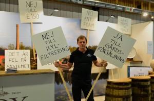 """Roger har demonstrerat. Notera skylten i bakgrunden, """"No anti-foam"""". Från Box Facebookflöde."""