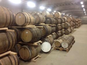 Whiskyfat med Box. Barrels i långa rader –och så några små, små ankare.