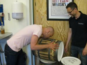 Jag och Patrik Barkevall prövar dofterna i fatet.