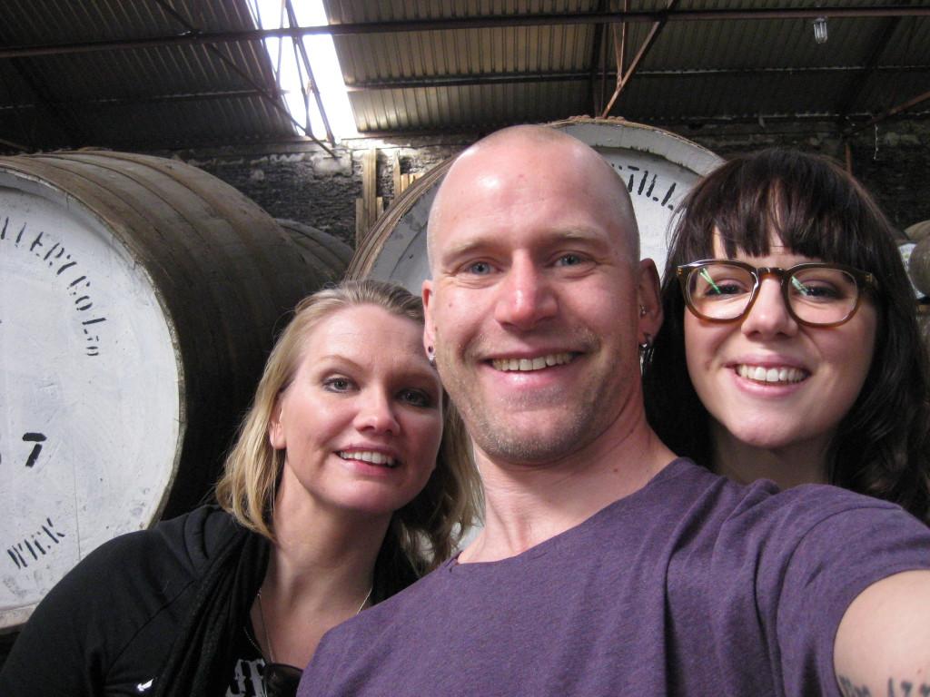 En Emma Andersson, en David Tjeder, en Frida Birkehede i ett av Pulteneys lagerhus. Fan, vad kul vi hade!