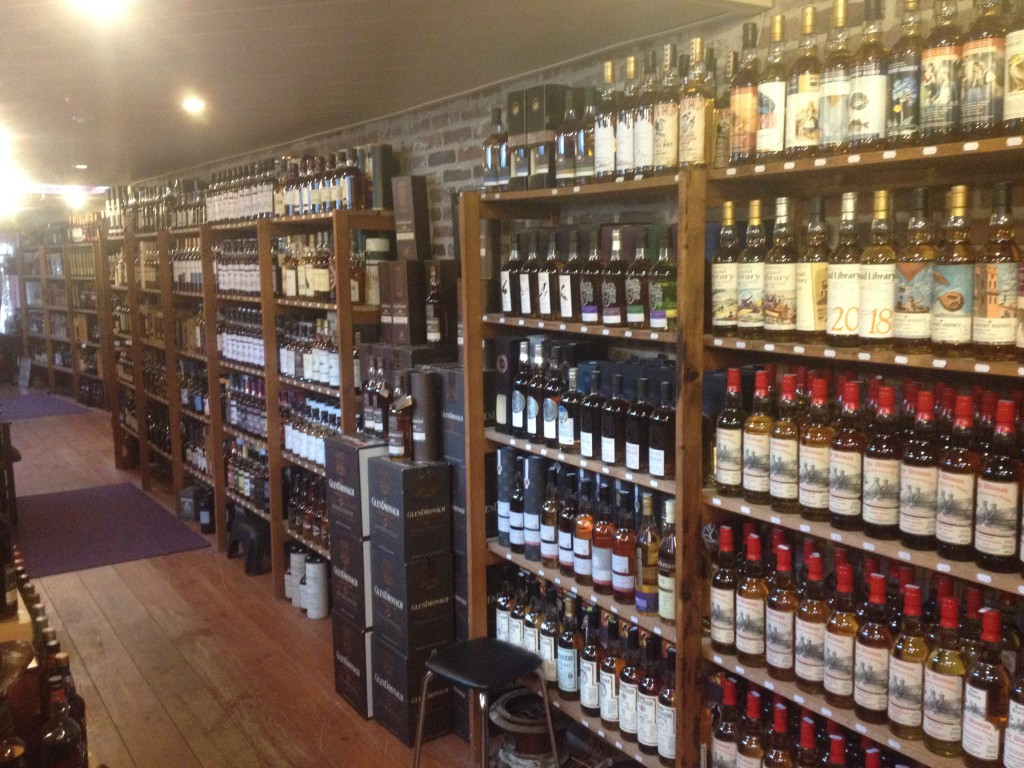 Så många whiskies, så lite pengar. En av många täckta väggar på The old pipe.