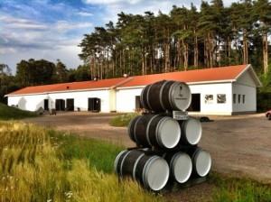 Smögen destilleri: här görs ruggigt bra whisky. Bild från The whisky exchange blog.
