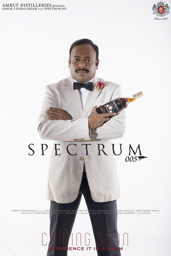 Sköna Ashok Chokalingam på Amrut poserar som Bond. Bra whisky *och* humor!