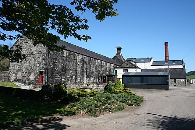 Knockdhu distillery, där whiskyn AnCnoc makas. Bildkälla: wikimedia commons.