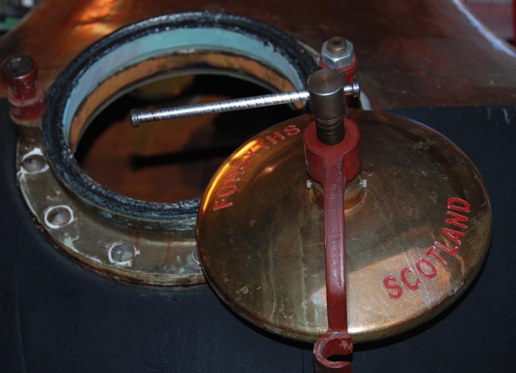 Här inne sker den magiska omvandlingen: en av Nordmarkens Destilleris pannor i närbild.