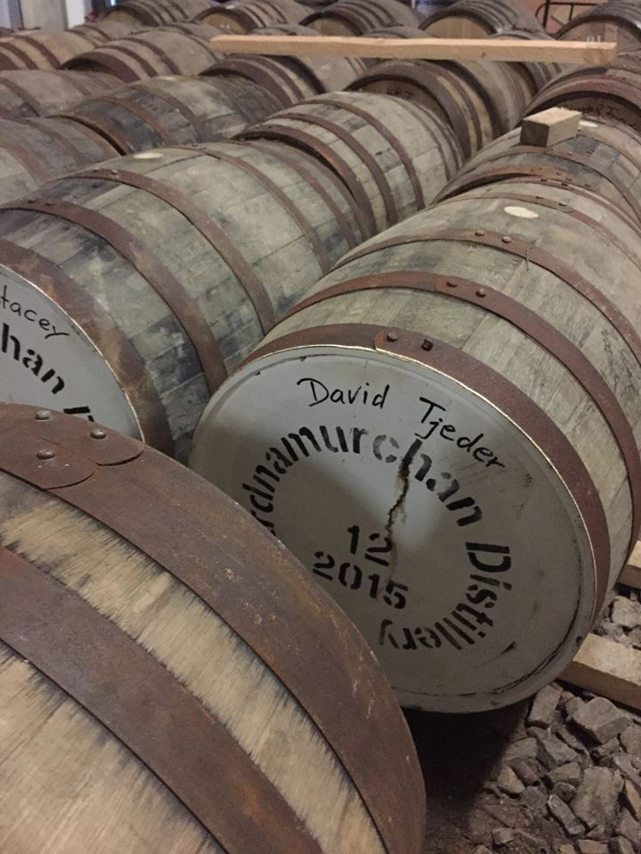En bourbon barrel som ligger och gonar sig.