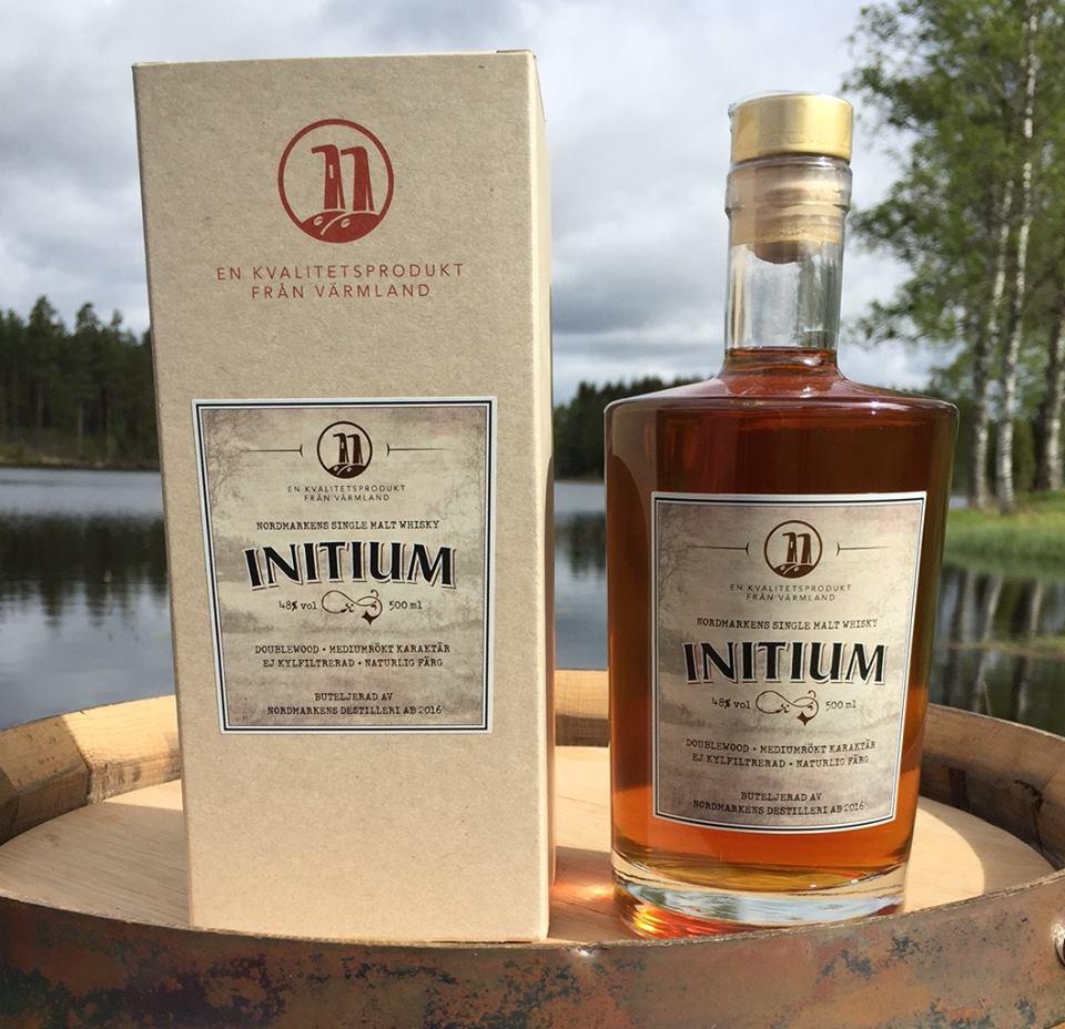 Initium: att det är whisky vet vi, men sedan tar det stopp.