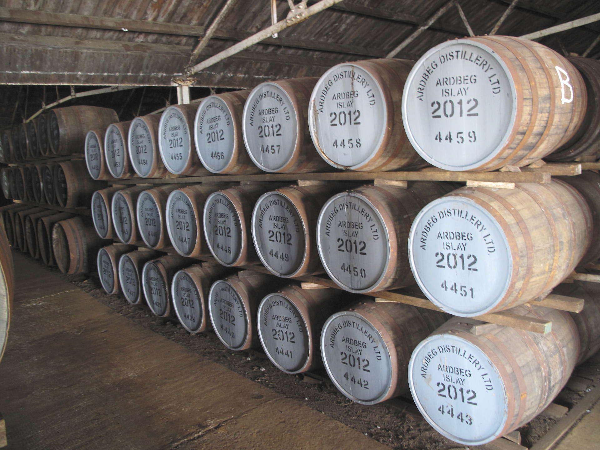 Ardbeg!!!!! De vitmålade faten på bilden är vad vårt tänkta destilleri fyller på –en förmiddag.