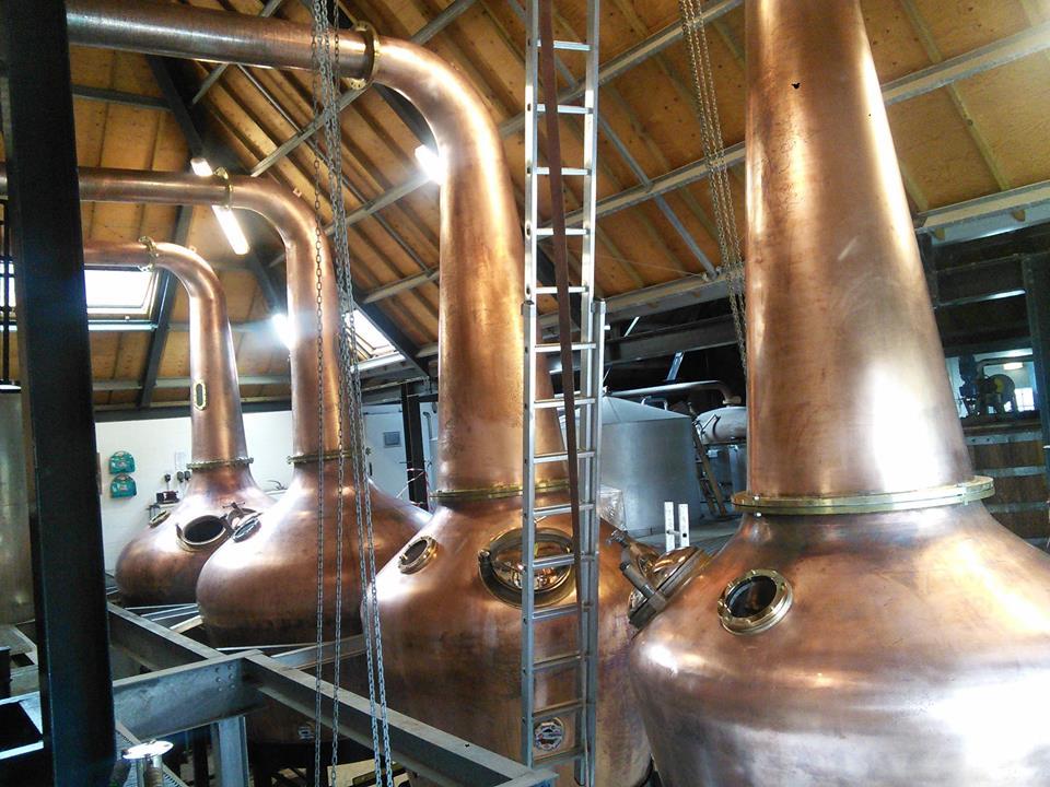 Arrans fyra nya pannor, alldeles nyss installerade i destilleriet. Bild hämtad från destilleriets FB-flöde.