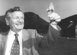 Harold Currie smakar på de första dropparna Arran newmake 1995.
