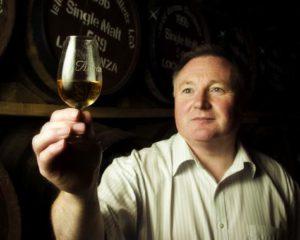 Den nuvarande destillerichefen James MacTaggart. Bild hämtad från DrinkBritain.