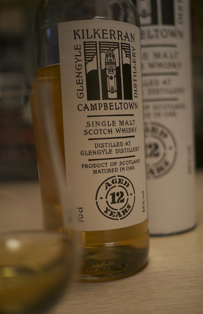 Nedtonad, enkel design. Tradionella metoder. Lågt pris. Prisbra whisky.